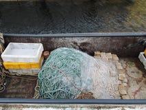 Vissersboot met netto Stock Afbeeldingen