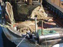 Vissersboot met visnetten in de haven worden vastgelegd die Toscanië, Italië royalty-vrije stock afbeeldingen