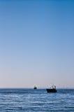 Vissersboot met zeemeeuwen in de Oostzee Stock Foto