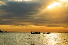 Vissersboot met zonnestraal royalty-vrije stock fotografie