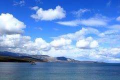 Vissersboot onder de blauwe hemel Royalty-vrije Stock Foto