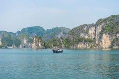 Vissersboot op Baai Halong Stock Foto