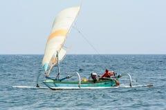 Vissersboot op de golven Zeegezicht van Indonesië Reis rond de wereld stock foto