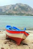 Vissersboot op de kust Stock Foto's