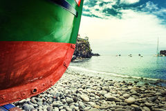 Vissersboot op de kust van Camara de Lobos-dorp, Madera Stock Foto's