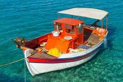 Vissersboot op de kust van Kreta Stock Foto's