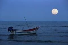 Vissersboot op de nacht van de volle maan Stock Foto's