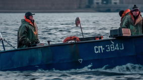 Vissersboot op de nevarivier stock video