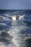 Vissersboot op de oceaan Stock Foto