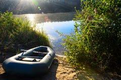 Vissersboot op de rivier in de stralen van dageraad Royalty-vrije Stock Afbeelding