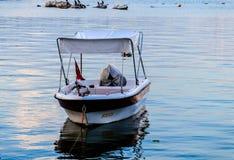Vissersboot op de Schuilplaats van Cinarcik-Zeehaven - Turkije stock fotografie