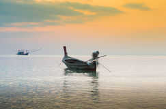 Vissersboot op de zeekust met de achtergrond van de zonsonderganghemel royalty-vrije stock fotografie