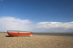 Vissersboot op Dunwich-Strand, Suffolk, Engeland Stock Afbeeldingen