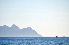 Vissersboot op een horizon Stock Foto