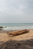 Vissersboot op een kust Stock Foto's