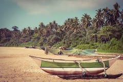 Vissersboot op een tropisch strand Stock Foto's