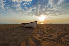 Vissersboot op een zandig strand, Griekenland Royalty-vrije Stock Foto's
