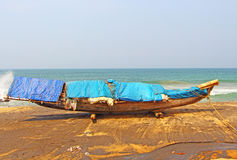 Vissersboot op een zwart strand Varkala India Stock Foto