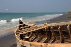 Vissersboot op het Adayam-strand, Kerala, India stock foto's
