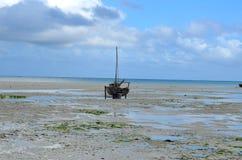 Vissersboot op het Eiland van strandzanzibar Stock Fotografie