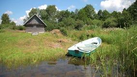 Vissersboot op het meer in de ochtend in de zomer wordt vastgelegd die stock videobeelden