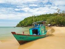 Vissersboot op het mooie strand, het eiland van Phu Quoc met wildernis Stock Afbeeldingen