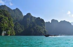 Vissersboot op het overzees, Thailand stock afbeeldingen
