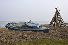 Vissersboot op het strand Stock Foto