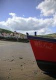 Vissersboot op het strand stock afbeelding