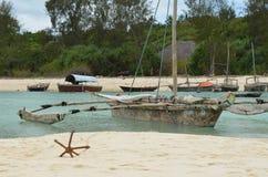Vissersboot op het strand in het Eiland van Zanzibar Stock Afbeeldingen