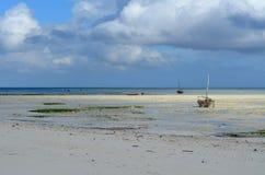 Vissersboot op het strand in het Eiland van Zanzibar Royalty-vrije Stock Foto