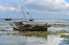 Vissersboot op het strand in het Eiland van Zanzibar Stock Afbeelding