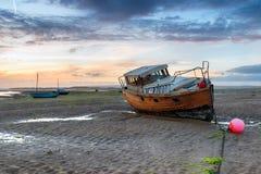 Vissersboot op het Strand in Instow stock afbeeldingen