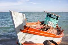 Vissersboot op het strand, Koh Si chang Thailand Stock Fotografie