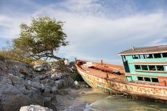 Vissersboot op het strand van Koh Sichang, Thailand wordt geparkeerd dat Stock Afbeeldingen