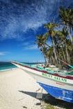 Vissersboot op het tropische paradijs boracay Filippijnen van het pukastrand Stock Foto