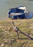 Vissersboot op kust Stock Foto