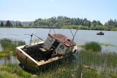 Vissersboot op kust in Reedsport, Oregon wordt verlaten dat Royalty-vrije Stock Fotografie