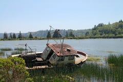 Vissersboot op kust in Reedsport, Oregon wordt verlaten dat Royalty-vrije Stock Foto's