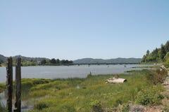 Vissersboot op kust in Reedsport, Oregon wordt verlaten dat Stock Foto's