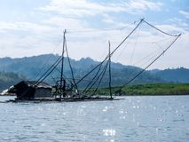 Vissersboot op river stock afbeelding
