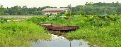 Vissersboot op rivier in Thailand, vervoer stock foto's