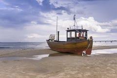 Vissersboot op Strand stock afbeeldingen