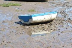 Vissersboot op Strand in Morecombe Stock Afbeelding