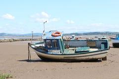 Vissersboot op Strand in Morecombe Stock Foto's