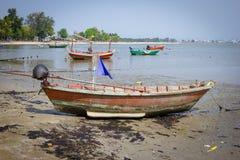 Vissersboot op vuil Strand royalty-vrije stock foto's