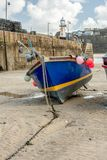 Vissersboot op Zand at low tide, St Ives, Noord-Cornwall stock foto