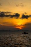 Vissersboot op Zonsondergang Royalty-vrije Stock Afbeelding