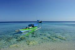 Vissersboot over het koraal Royalty-vrije Stock Afbeeldingen