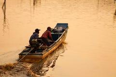 Vissersboot over het overzees bij zonsondergang royalty-vrije stock afbeelding